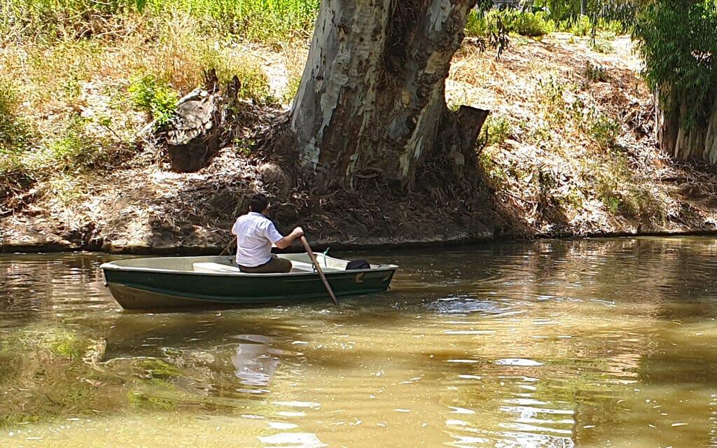 סגן ראש עיריית רמת גן רועי ברזילי שט בנחל הירקון, במקטע החדש המתוכנן לפתיחה לשייט (צילום: אביב לביא)