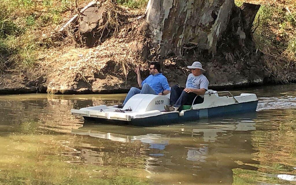 יונתן רז (מימין) ורועי ברזילי בסירת פדאלים בנחל הירקון (צילום: עיריית רמת גן)