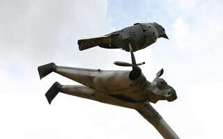 פסל של צביקה קנטור ביראון (צילום: שמואל בר-עם)