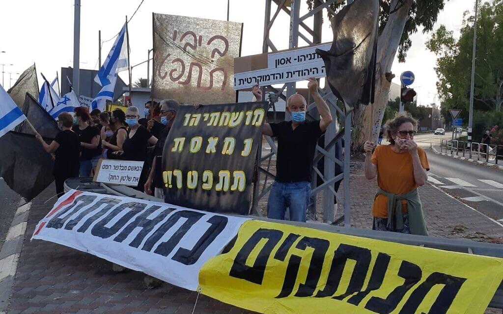 במקביל להפגנת העצמאים שתתקיים הערב בככר רבין, גם אנשי מחאת הדגלים השחורים מפגינים היום ב-170 צמתים ברחבי הארץ, 11 ביולי 2020 (צילום: מחאת הדגלים השחורים)