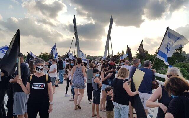 מחאת הדגלים השחורים נגד השחיתות השלטונית, נפרסה בכ-170 צמתים ברחבי הארץ. 11 ביולי 2020 (צילום: מחאת הדגלים השחורים)