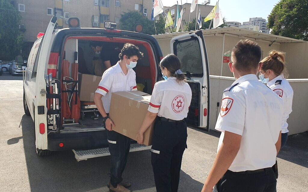 נערים מתנדבים במד״א מביאים חבילות מזון לקשישים. יוני 2020 (צילום: צילום: דוברות מד״א)
