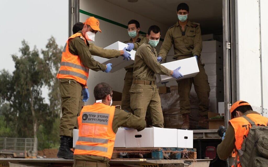 """כוחות פיקוד העורף מסייעים לאוכולוסיה, במהלך משבר הקורונה (צילום: צילום: דובר צה""""ל.)"""