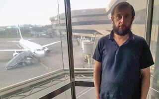 רומן טרופימוב בשדה התעופה במאנילה