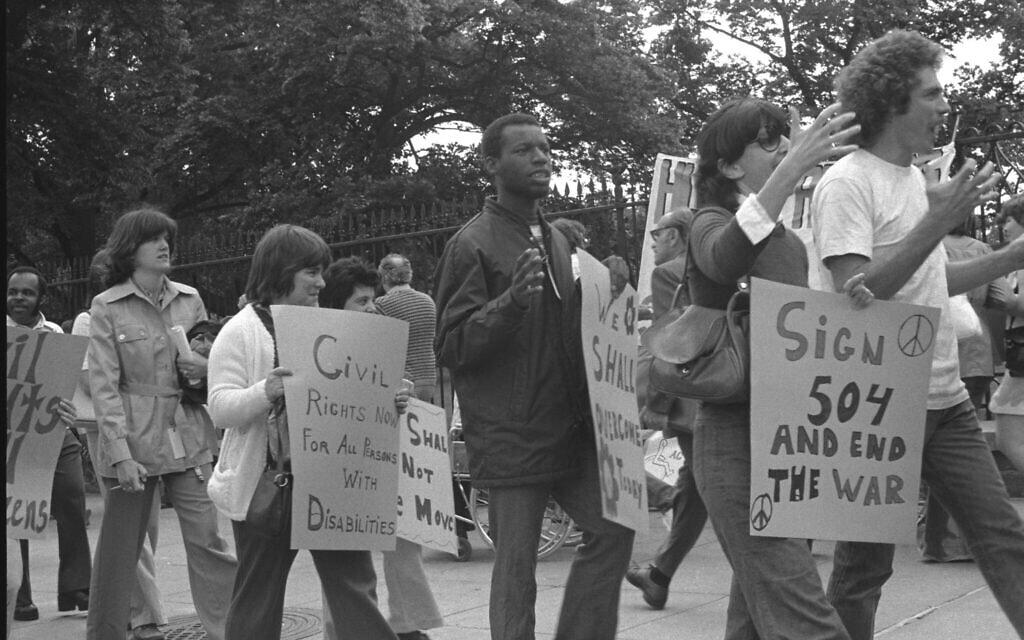 הפגנה לזכויות בעלי מוגבלויות (צילום: HolLynn D'Lil)