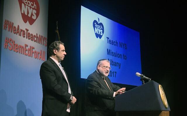 """אלן פייגין, מנכ""""ל האיגוד האורתודוקסי, מציג את מושל ניו יורק אנדרו קואומו (צילום: באדיבות האיגוד האורתודוקסי)"""