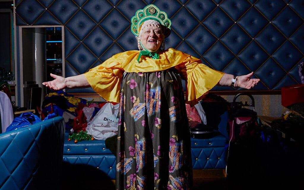 """סבתא רוסייה בתלבושת בתחרות מלכת היופי """"הוד מעלתך, סבתא"""" (צילום: Gosha Shif/Be Proud Foundation)"""