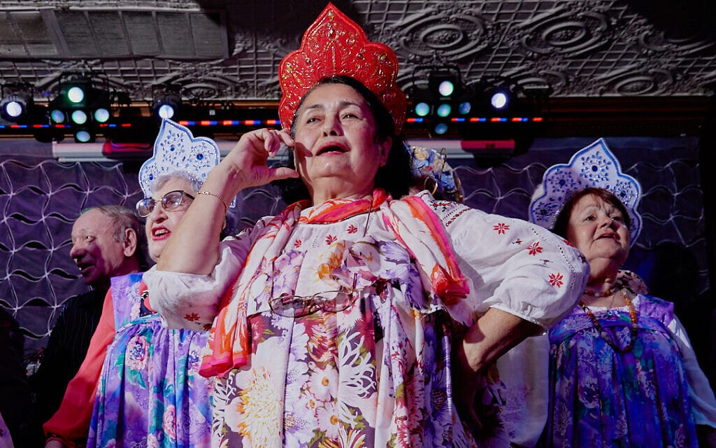 """סבתות רוסיות בתלבושת בתחרות היופי """"הוד מעלתך, סבתא"""" (צילום: Gosha Shif/Be Proud Foundation)"""