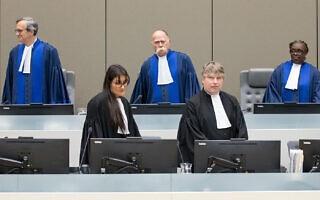 מאחור, בכחול, שופטי בית הדין בהאג ב-2019: ריינה אדלייד סופי אלפיני-גאנסו מבנין, פיטר קובאץ' מהונגריה, ומארק פרין דה ברישמבו מצרפת (צילום: courtesy ICC)