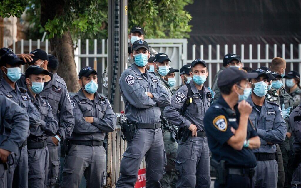 שוטרי משטרת ישראל במהלך הפגנה נגד ראש הממשלה נתניהו בירושלים, 17 ביולי 2020 (צילום: יונתן זינדל/פלאש 90)
