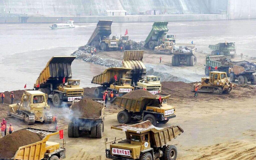 ארכיון, בניית הסכר הענק בסין, 2002 (צילום: AP Photo/Xinhua, Du Huaju)