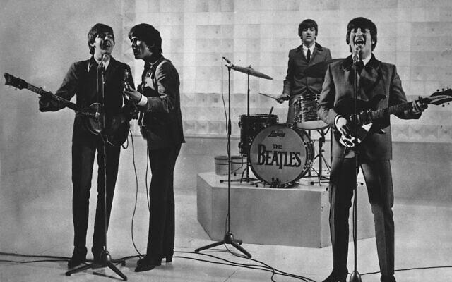 הביטלס מופיעים בתחילת דרכם, בתאריך לא ידוע. מימין: ג'ון לנון, רינגו סטאר, ג'ורג' האריסון ופול מקרטני (צילום: AP Photo)