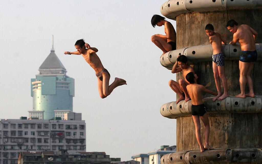 נערים סיניים קופצים למי הנהר הצהוב, ארכיון, 2006 (צילום: AP Photo/ Color China Photo)