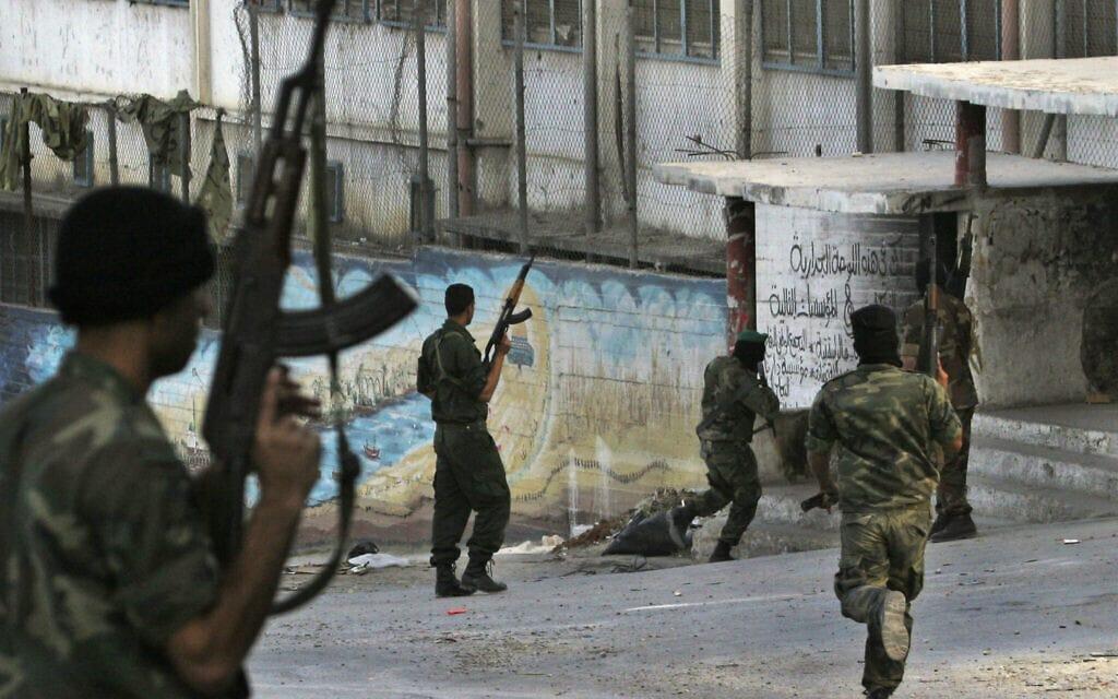 קציני ביטחון פלסטינים בקרב חמושים מאירגון אל אקסא בשכם (צילום: AP Photo/Nasser Ishtayeh)