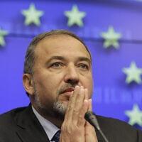 אביגדור ליברמן כשר החוץ של ישראל ב-2011 משתתף בעידכון עיתונאים במועצת האסוציאציה של האיחוד האירופי וישראל בבריסל. (צילום: AP Photo/Yves Logghe)