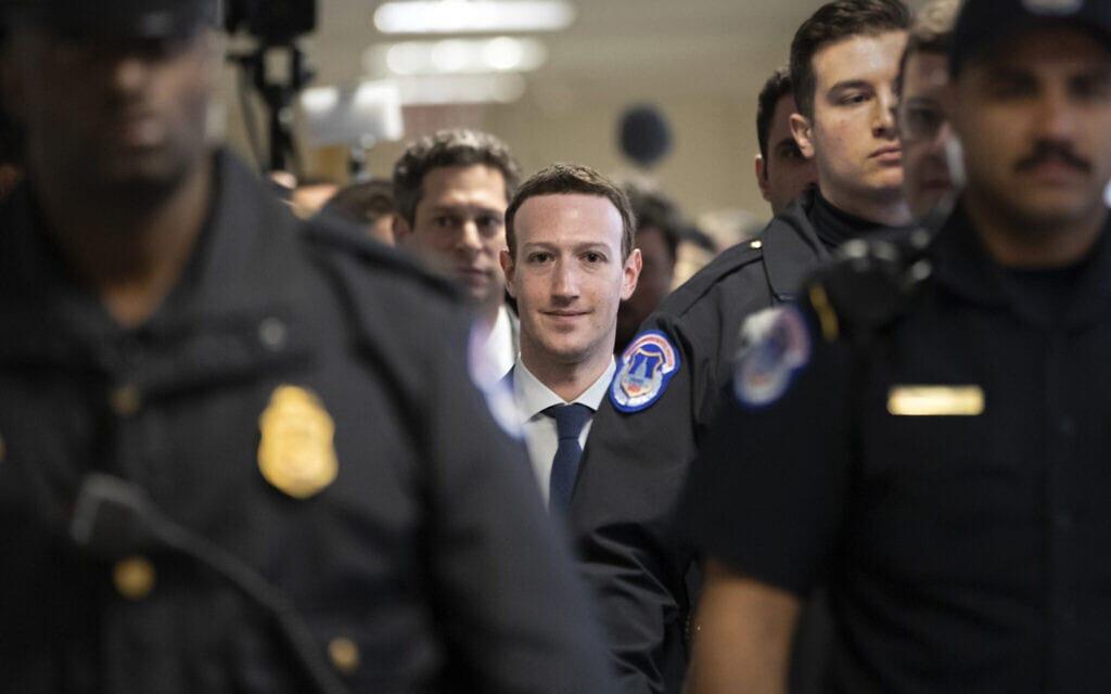 """מנכ""""ל פייסבוק מארק צוקרברג מגיע לסנאט, ב-9 באפריל 2018 (צילום: AP Photo/J. Scott Applewhite)"""