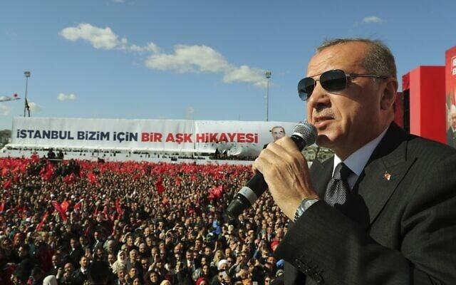 נשיא טורקיה, רג'פ טאיפ ארדואן, נואם בעצרת בחירות באיסטנבול, 24 במרץ 2019 (צילום: שירות העיתונות הנשיאותי באמצעות AP, מאגר)