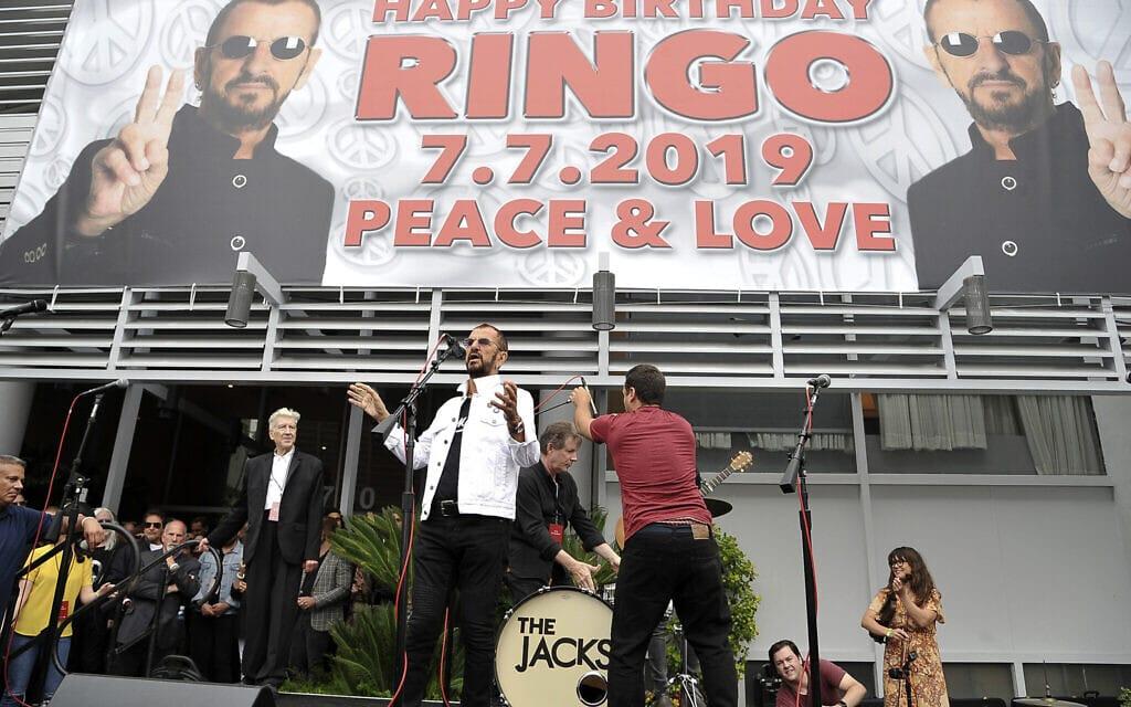 חגיגות יום ההולדת ה-79 של רינגו סטאר, ב-7 ביולי 2019, למרגלות בניין קפיטול רקורדס בהוליווד (צילום: Richard Shotwell/Invision/AP)