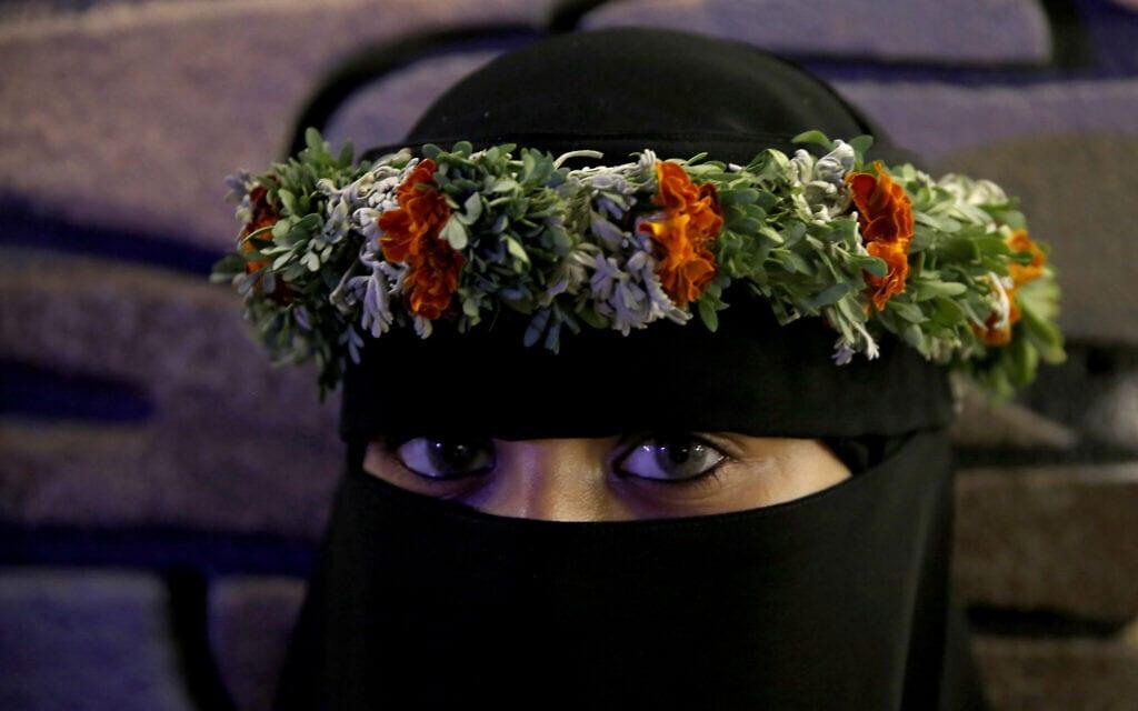 אישה סעודית משמשת כדוגמנית בפסטיבל פרחים וחקלאות מקומי, ארכיון, אוגוסט 2019 (צילום: AP Photo/Amr Nabil)