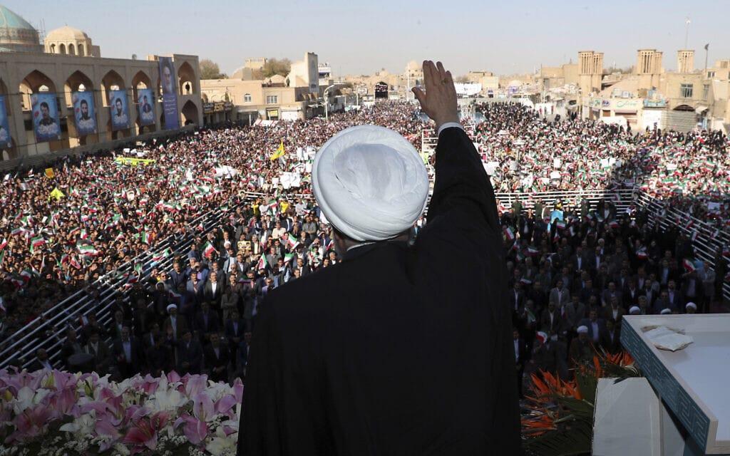 נשיא איראן, חסן רוחני, מנופף לקהל בכנס שקיים בעיר יזד. 2019 (צילום: Office of the Iranian Presidency via AP)