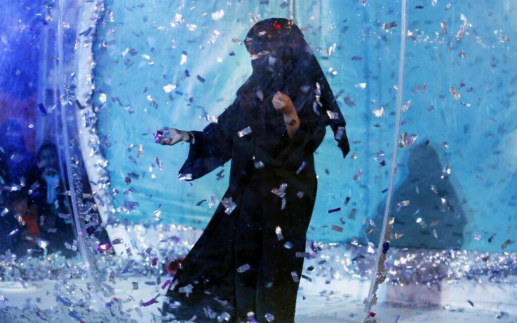 אישה סעודית משתמשת במתקן בפארק שעשועים, במסגרת הגדלת זכויות הנשים שם, ארכיון, 2019 (צילום: AP Photo/Amr Nabil)