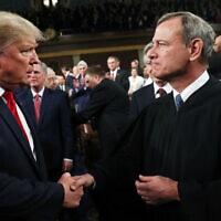 השופט ג'ון רוברטס לוחץ את ידו של דונלד טראמפ בנאום מצב האומה של הנשיא, ב-4 בפברואר 2020 (צילום: Leah Millis/Pool via AP)