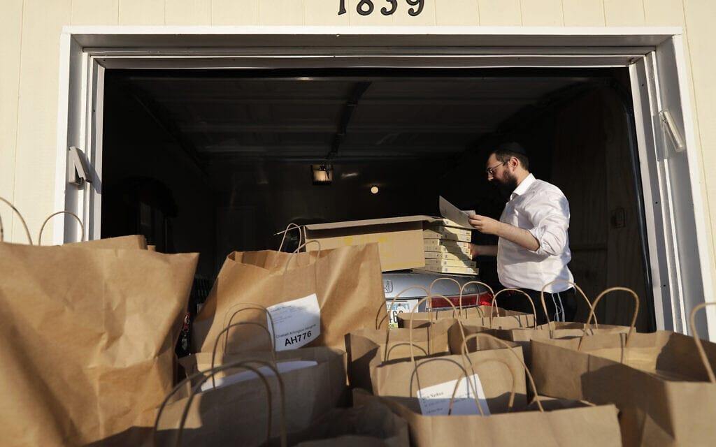 אילוסטרציה, מבצע חלוקת מזון בקהילה היהודית באילינוי במשבר הקורונה, אפריל 2020 (צילום: AP Photo/Nam Y. Huh)