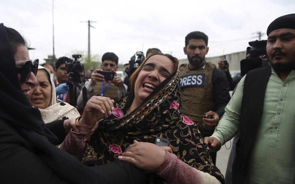 אילוסטרציה, משפחה אפגנית שהותקפה על ידי חמושים, מרץ 2020 (צילום: AP Photo/Rahmat Gul, File)