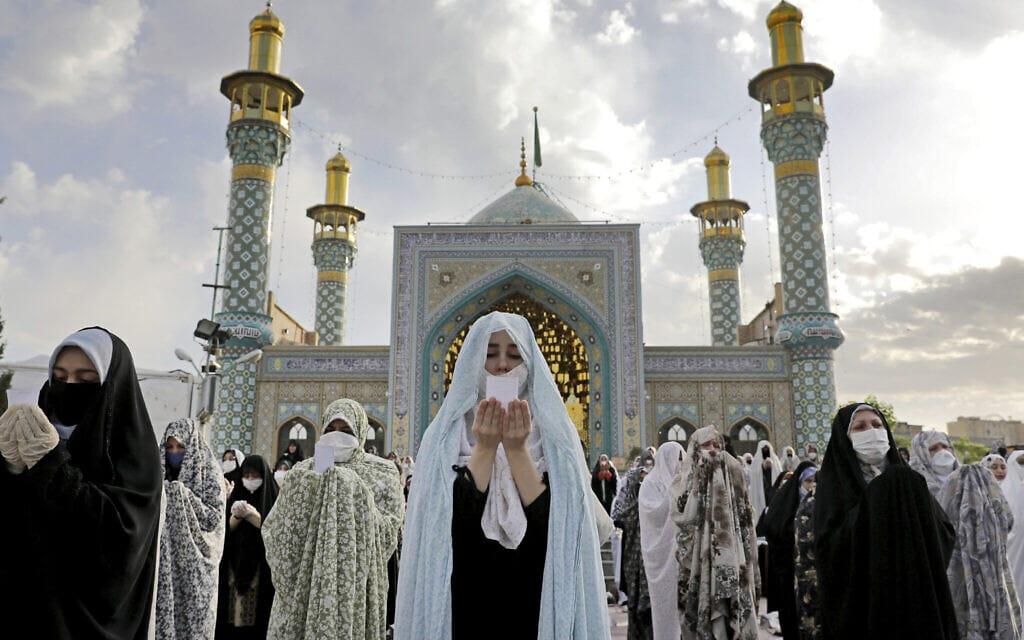 אילוסטרציה, מתפללות באיראן בעידן הקורונה, מאי 2020 (צילום: AP Photo/Ebrahim Noroozi)