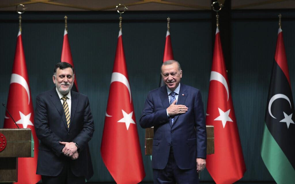 נשיא טורקיה ארדואן וראש ממשלת לוב פאיז א-סראג', יוני 2020 (צילום: Turkish Presidency via AP, Pool)