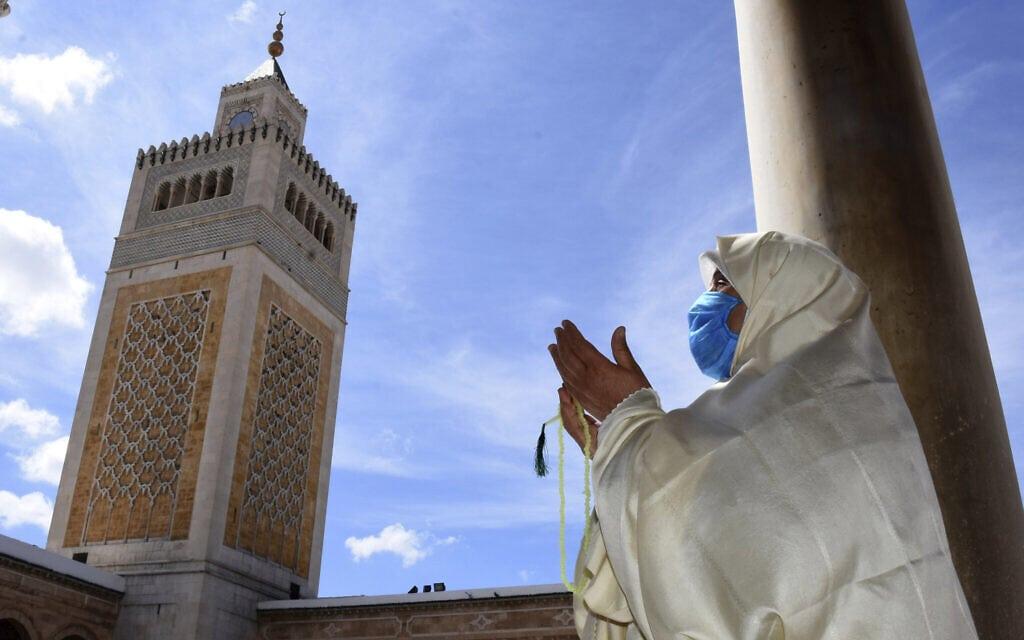 עידן הקורונה בתוניסיה: פתיחת המסגדים אחרי שלושה חודשים, יוני 2020 (צילום: AP Photo/Hassene Dridi)