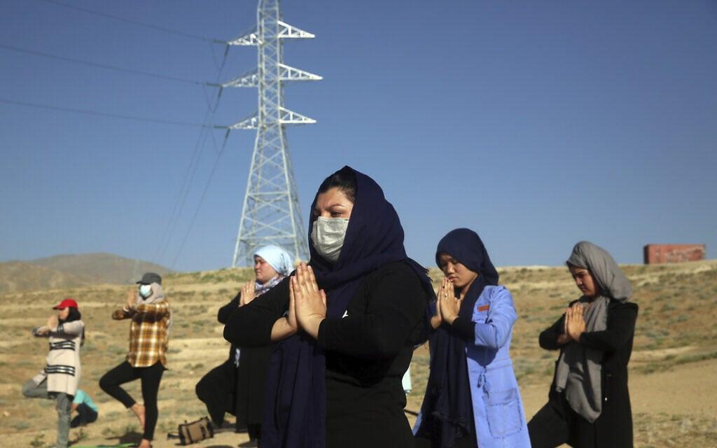 אילוסטרציה, יום היוגה באפגניסטן, 21 ביוני 2020 (צילום: AP Photo/Rahmat Gul)