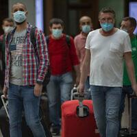הנוסעים מגיעים לנמל התעופה בברצלונה, ספרד. יוני 2020 (צילום: AP Photo/Emilio Morenatti)