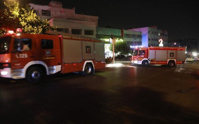 צוותי כיבוי אש באיראן מגיעים לאתר שבו אירע הפיצוץ. 1 ביולי 2020 (צילום: AP Photo/Vahid Salemi)