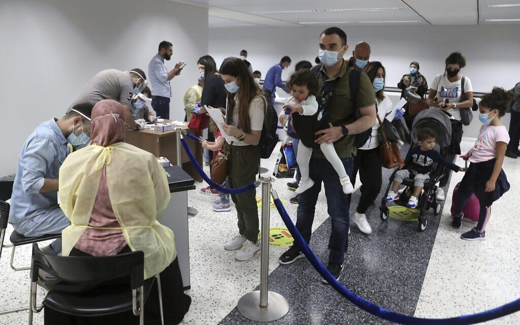 לבנונים אמידים יחסית שבים לארצם לאחר פתיחת חלקית של שמי ביירות. התקווה היא כי יכניסו דולרים לקופת המדינה המידלדלת, יולי 2020 (צילום: AP Photo/Bilal Hussein)