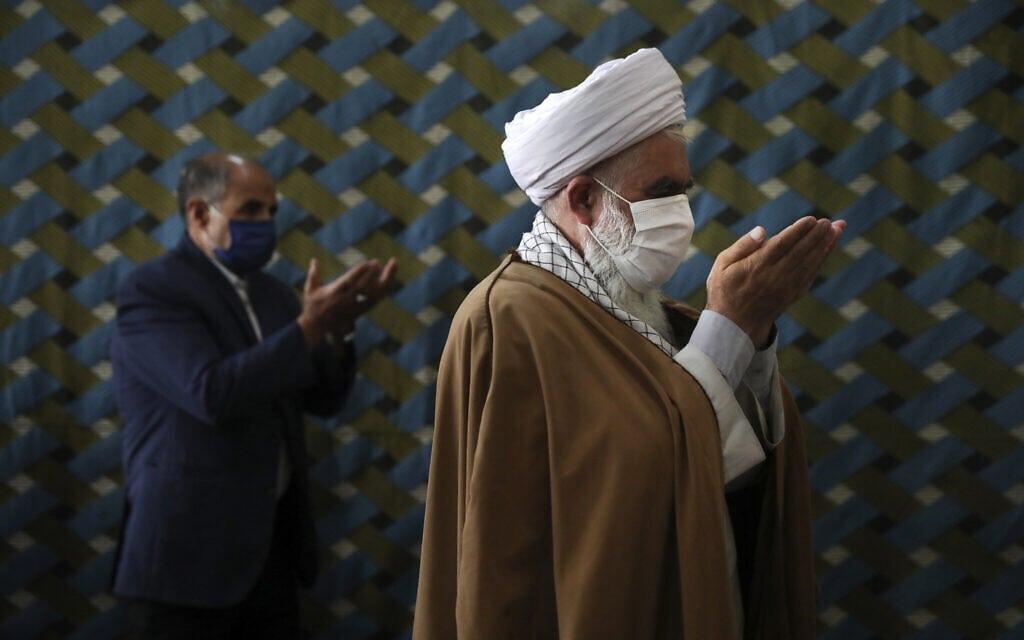 עידן הקורונה באיראן, יולי 2020, מתפללים בהתאם להנחיות הריחוק החברתי (צילום: AP Photo/Vahid Salemi)