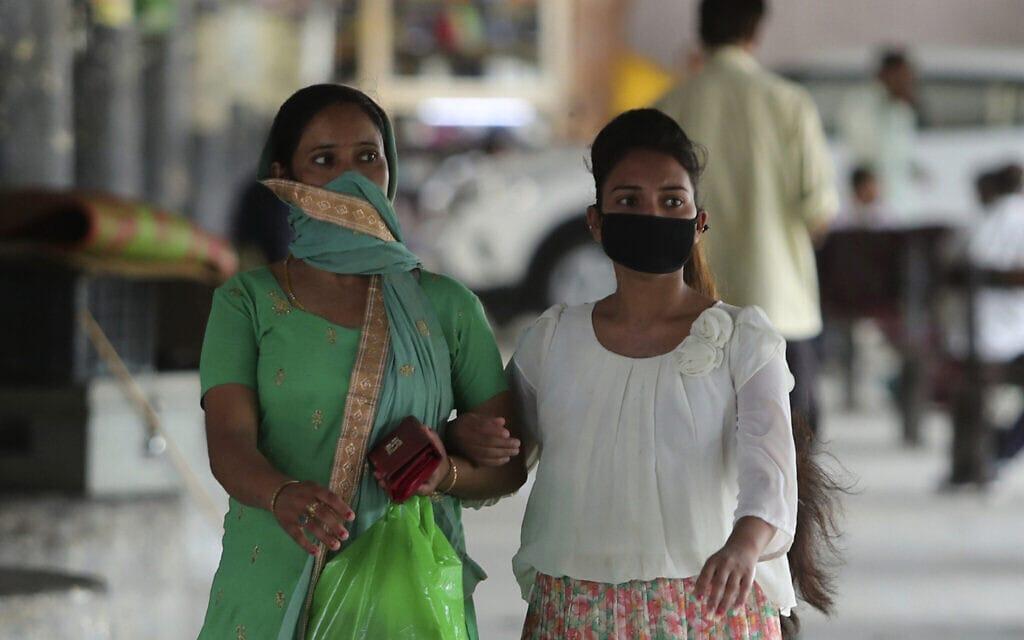 עידן הקורונה בהודו, יולי 2020, אילוסטרציה, למצולמות אין קשר לנאמר בידיעה (צילום: AP Photo/Channi Anand)