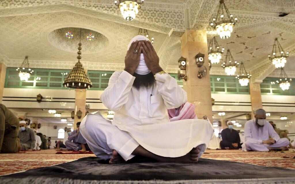 תפילה בערב הסעודית בעידן הקורונה, יולי 2020 (צילום: AP Photo/Amr Nabil)