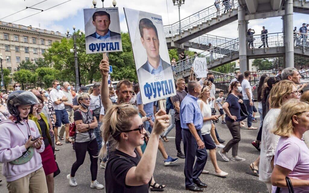 אלפי מפגינים בעיר חברובסק ברוסיה במחאה נגד מעצרו של מושל האזור באשמת מעורבות ברצח. יולי 2020 (צילום: (AP Photo/Igor Volkov))