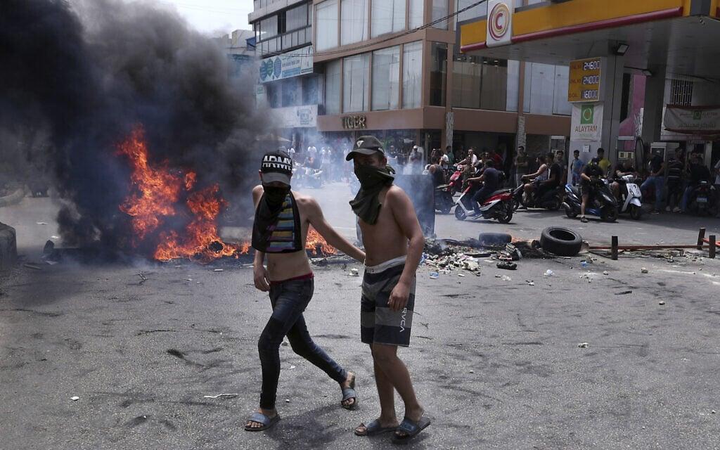 מפגינים צעירים בביירות, הקורסת כלכלית וטובעת באשפה, יולי 2020 (צילום: AP Photo/Bilal Hussein)