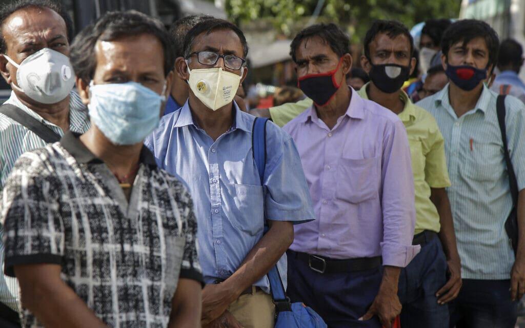 עידן הקורונה בהודו, יולי 2020, אילוסטרציה, למצולמים אין קשר לנאמר בידיעה (צילום: AP Photo/Bikas Das)