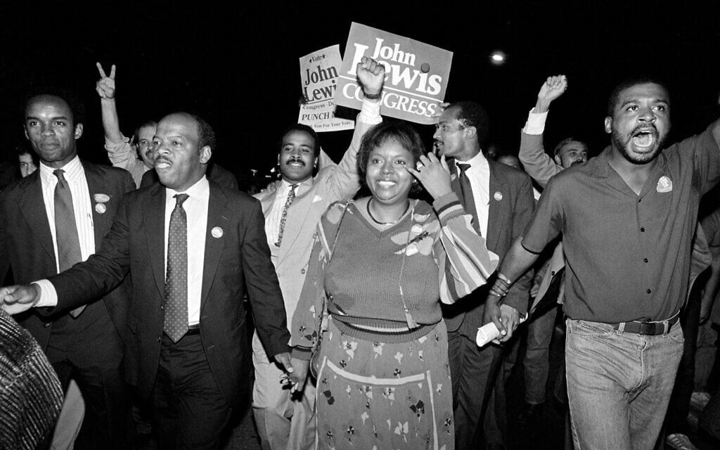 ג'ון לואיס (מקדימה ממשמאל) חוגג עם אשתו ליליאן ועם תומכיו את ניצחונו בבחירות של 1986 (צילום: AP Photo/Linda Schaeffer, File)