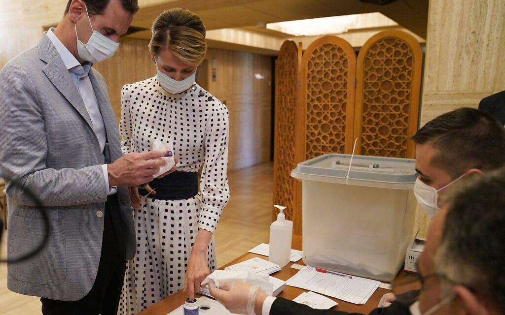 בני הזוג אסד מצביעים בבחירות לפרלמט הסורי, 19 ביולי 2020 (צילום: Syrian Presidency via AP)
