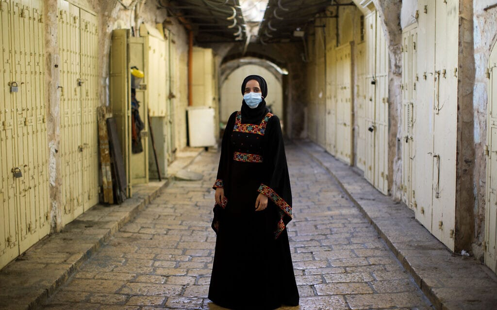 אישה מוסלמית בסמטאות השוממות של העיר העתיקה בירושלים, יולי 2020, אילוסטרציה, למצולמת אין קשר לנאמר בכתבה (צילום: AP Photo/Oded Balilty)