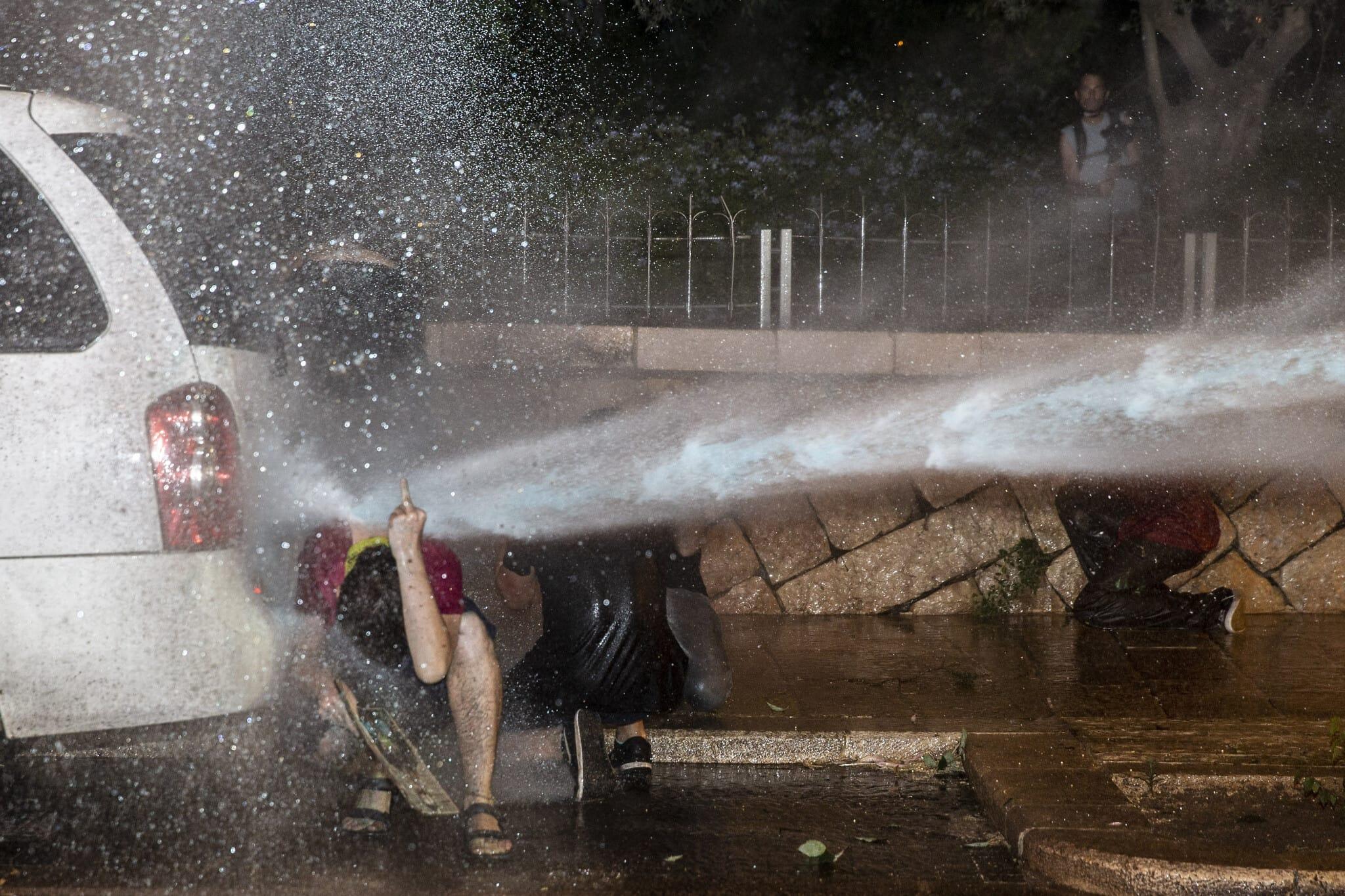 """המשטרה משתמשת במכת""""זית לפיזור ההפגנה בבלפור ב-24 ביולי 2020 (צילום: AP Photo/Ariel Schalit)"""