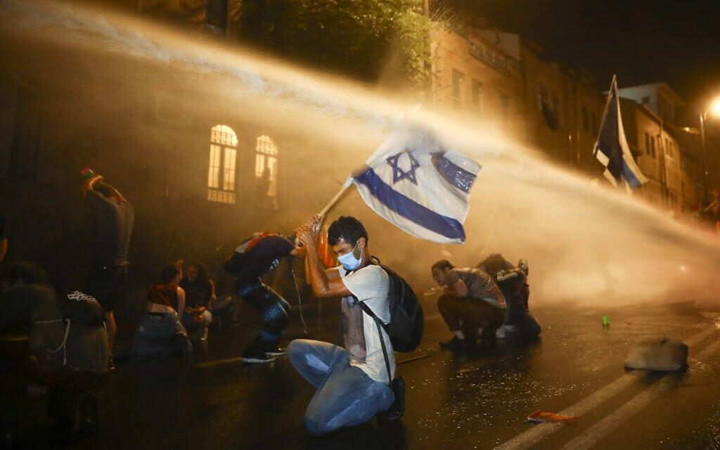 """המשטרה משתמשת במכת""""זית לפיזור ההפגנה בבלפור ב-18 ביולי 2020 (צילום: AP Photo/Oded Balilty)"""