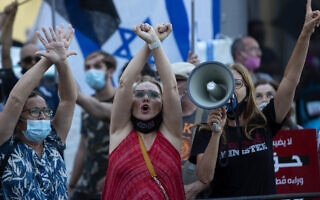 אילוסטרציה, מפגינות נגד ממשלת נתניהו מול ביתו של אמיר אוחנה בתל אביב, 28 ביולי 2020, למצולמות אין קשר לנאמר (צילום: AP Photo/Sebastian Scheiner)