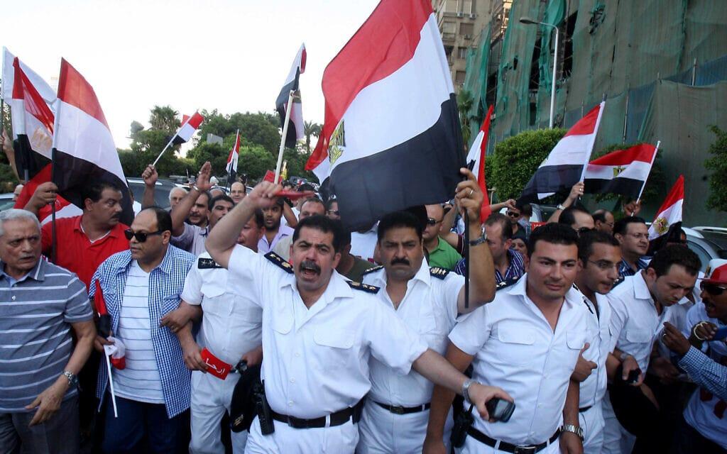 שוטרים מצריים מצטרפים להפגנה נגד מורסי, ארכיון, 30 ביוני 2013 (צילום: AP Photo/Mohammed Abu Zaid)