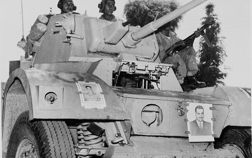 עיראק, 1958, תמונה שצולמה זמן קצר לאחר המהפכה הצבאית במדינה. הטנק מעוטר בתמונות של עבד אל-כרים קאסם (צילום: AP)