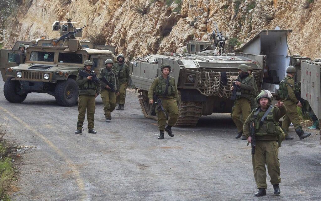 """כוחות צה""""ל באזור הר דב, ב-28 בינואר 2015, אחרי התקיפה הקטלנית של חזבאללה באותו יום על שיירת צה""""ל (צילום: AP Photo/Ariel Schalit)"""